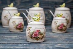 Barattoli rotondi ceramici con gli ornamenti e gli uccelli del fiore Fotografia Stock