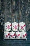 Barattoli rotondi ceramici con gli ornamenti e gli uccelli del fiore Immagini Stock