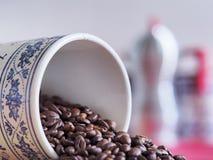 Barattolo bavarese d'annata del caffè dal suo lato Immagine Stock