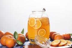 Barattolo con limonata arancio immagine stock