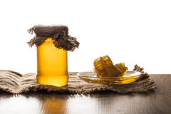 Barattolo con miele ed il favo Fotografie Stock