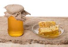 Barattolo con miele ed il favo Fotografia Stock