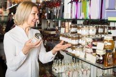 Barattolo d'acquisto del consumatore con miele Immagini Stock Libere da Diritti