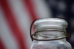 Barattolo d'inscatolamento antico con il fondo della bandiera americana Fotografie Stock Libere da Diritti