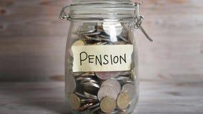 Barattolo dei soldi con l'etichetta di pensione stock footage