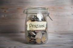 Barattolo dei soldi con l'etichetta di pensione Immagini Stock