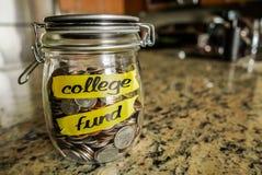 Barattolo dei soldi del fondo dell'istituto universitario Immagini Stock