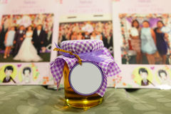 Barattolo del miele con l'etichetta in bianco nella parte anteriore Fotografia Stock