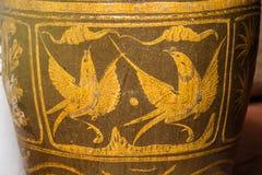 Barattolo dell'acqua lustrato oggetto d'antiquariato con il modello dell'uccello Immagini Stock Libere da Diritti