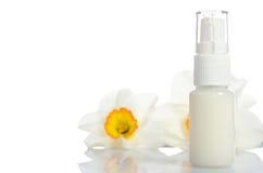 Barattolo della crema di bellezza con i fiori Fotografia Stock Libera da Diritti