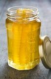 Barattolo della superficie di Honey With Honeycomb On Wooden Fotografia Stock