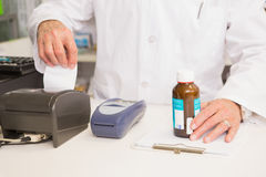 Barattolo della tenuta del farmacista di medicina e della ricevuta Fotografia Stock Libera da Diritti