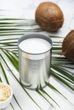 Barattolo di latta aperto con la bevanda del latte di cocco Fotografie Stock Libere da Diritti