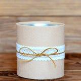 Barattolo di latta riciclato su fondo di legno Mestieri decorativi del barattolo di latta Modo facile ed economico fare i mestier fotografie stock