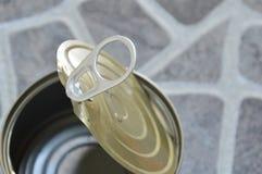 Barattolo di latta vuoto sul pavimento Fotografie Stock