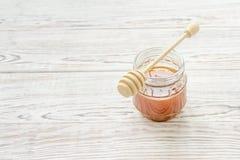 Barattolo di miele con il bastone del miele Fotografie Stock Libere da Diritti