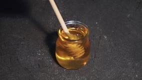 Barattolo di miele con il merlo acquaiolo del miele con il favo ingredienti per vino caldo, vin brulé video circolare Lento-Mo video d archivio