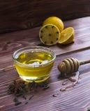 Barattolo di miele con un drizzler di legno Fotografia Stock