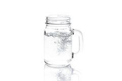 Barattolo di muratore con acqua isolata su bianco Fotografia Stock