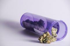 Barattolo di prescrizione con marijuana Fotografie Stock Libere da Diritti