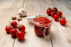 Barattolo di salsa al pomodoro immagine stock