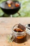 Barattolo di unto della salsa per la carne sul BBQ fotografia stock