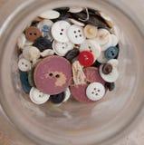 Barattolo di vecchi bottoni rustici Immagini Stock