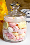 Barattolo di vetro con i marhmellows dolci casalinghi Immagine Stock Libera da Diritti
