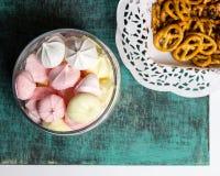 Barattolo di vetro con i marhmellows dolci casalinghi, biscotti nella tovaglia Fotografia Stock Libera da Diritti