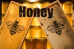 Barattolo di vetro del miele giallo dorato sulla struttura dei comp. dello spazio della copia del primo piano del bordo di legno  Fotografia Stock Libera da Diritti