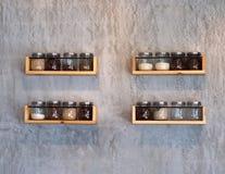 Barattolo di vetro sugli scaffali di legno su calcestruzzo di legno immagini stock libere da diritti