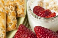 Barattolo di yogurt, fragole, muesli Immagine Stock