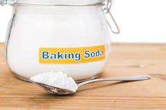 Barattolo e cucchiaiata del bicarbonato di sodio per gli usi olistici multipli Fotografia Stock