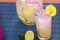 Barattolo e vetro con limonata fotografia stock libera da diritti