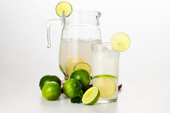 Barattolo e vetro con limonata immagini stock