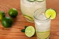 Barattolo e vetro con limonata fotografia stock