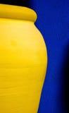 Barattolo giallo dell'argilla Fotografia Stock Libera da Diritti
