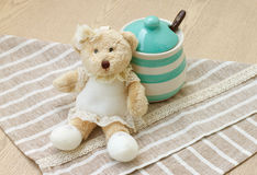 Barattolo pastello verde della porcellana e poca bambola dell'orso con tessuto sveglio Fotografie Stock Libere da Diritti