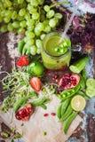 Barattolo sano fresco di vetro del frullato di frutti delle verdure immagine stock