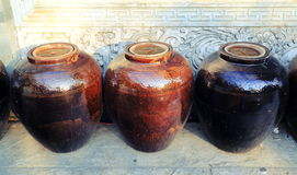 Barattolo tradizionale cinese dell'acqua della porcellana fotografia stock libera da diritti