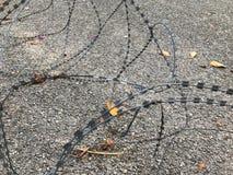 Barb-Zaun auf dem Boden Stockfoto