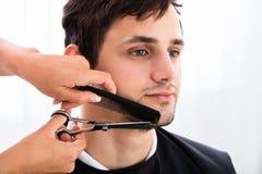 Barba del ` s de Shaping Man del peluquero Imagen de archivo