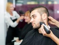 Barba della guarnizione del barbiere con il rasoio elettrico immagine stock libera da diritti