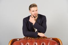 Barba do toque do homem de negócios com mão Suporte farpado do homem na cadeira Macho com cabelo à moda no terno formal Preparaçã Fotos de Stock Royalty Free