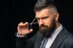 Barba perfeita Cortes de cabelo para homens À moda e penteado Vintage do cabeleireiro e do barbeiro Barbearia Barbeiro no preto foto de stock