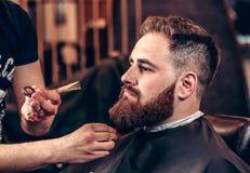 Barba profesional de la preparación del primer con las tijeras Imagen de archivo