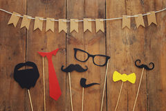 barba, vidrios, bigote, lazo y arco divertidos Father& x27; concepto del día de s imagenes de archivo
