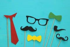 barba, vidrios, bigote, lazo y arco divertidos Father& x27; concepto del día de s Fotos de archivo libres de regalías