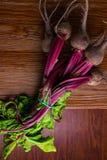 Barbabietola rossa con le foglie verdi delle erbe su fondo rustico Barbabietole organiche detox Fuoco selettivo fotografia stock