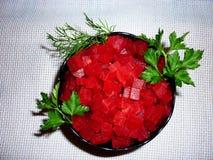 Barbabietola rossa sbucciata su un piatto fotografia stock libera da diritti